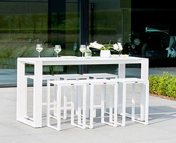 le concept de la table haute dans le jardin